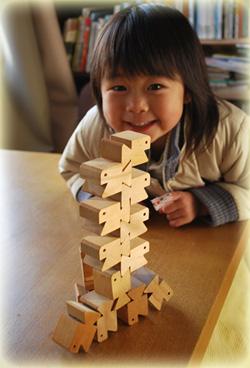 日本製の木のおもちゃは、作家さんの手作りです。