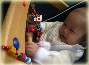 自分で触ってかちゃかちゃ調べます。新生児の木のおもちゃ、ムジーナ!