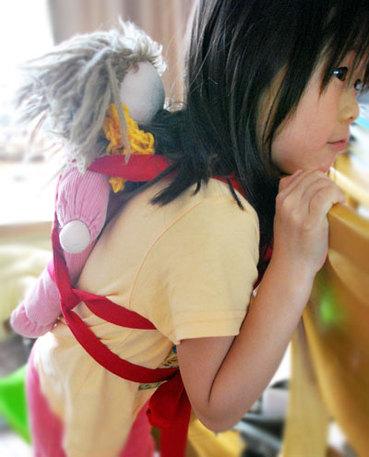 いかがですか?小さなモニターさん♪  お人形さんとぴったりくっついておんぶできるように、  バックルでカチッでなく、  紐でぎゅっとできるようにしましたよ^^