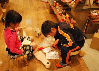 おもちゃやさんをする母をお手伝いして、見本の三輪車を作ってくれています。