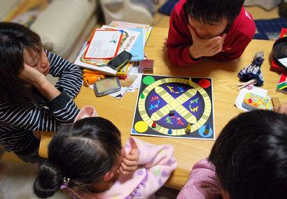 ボードゲームは、小さい子どもから、パパもママも、おじいちゃんおばあちゃんも、みんなでできるよい遊び^^