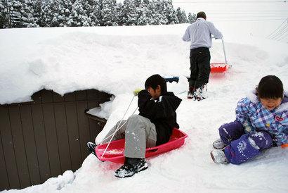 こんなところで雪遊びの子ども