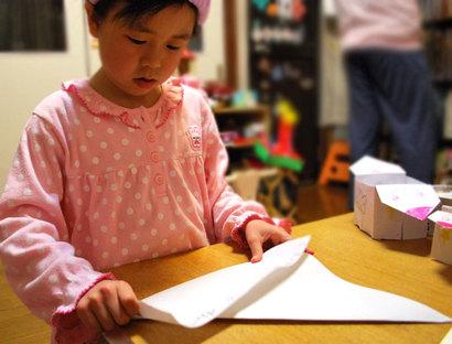 子どもにおしえる。正方形の紙を作る