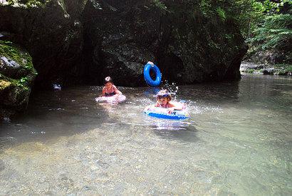 川遊びの子ども