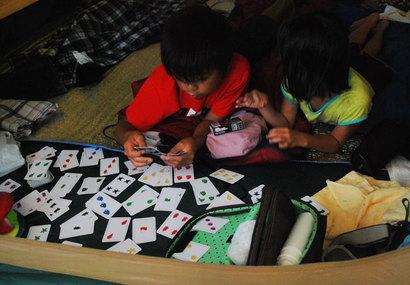 キャンプのお供はカードゲーム