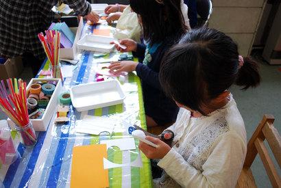 工作をする子ども、絵を描く子ども