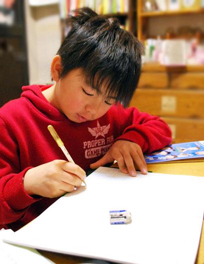 朝、寝癖をつけたまま宿題の10歳さん^^