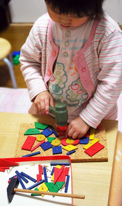 3歳ころの子どもたちがあそぶおもちゃに、  「小さな大工さん」というおもちゃがあります^^