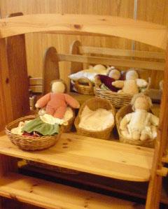 人形は、部屋に「あります」か?「います」か?