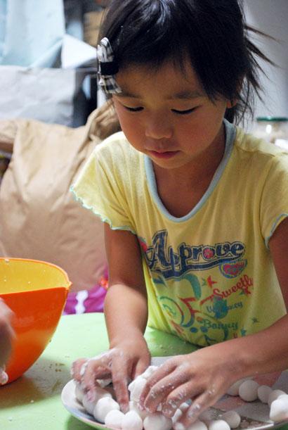 十三夜のおつきみだんご、いっぱいできた^^♪でも、子どもはなんだかしぶーい顔。