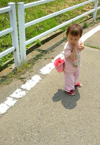 子どもが、ゆっくり、 自分の足でしっかり歩いて、遠くまで行く姿を、見ていたい。
