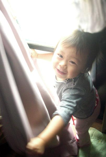 「ばあっ^^!!」  世界のどの国の子どもにも共通するあそびは  「いないいないばあ」  と言われています♪  世界中のどの子どもも、  幼児期に必ずこの遊びを体験しているのですね^^