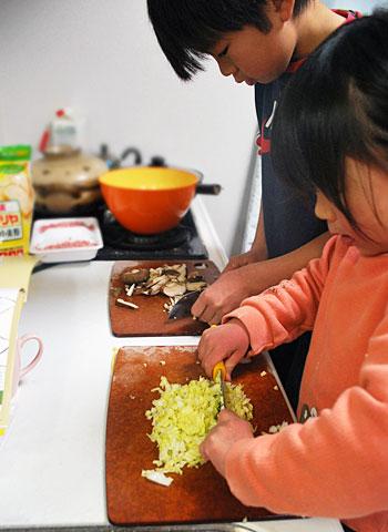 子どもたちが、餃子を作ってくれています^^♪