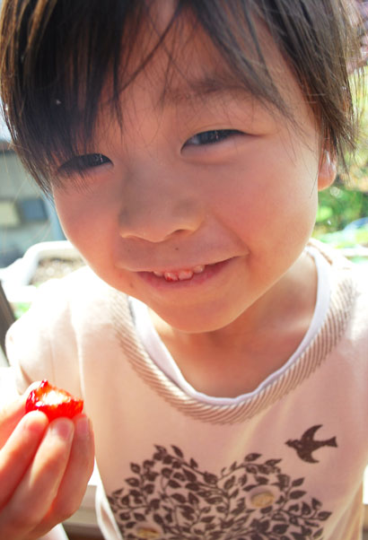 いっぱいの楽しみがあるけれど、  子どもと食べ物を育てるいちばんの楽しみは、  おいしい^^!の笑顔が見られること。  今日も、いい顔です^^♪