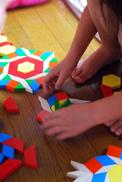 床に並べるだけじゃなく、積み木のように積んでも遊べる  遊びの広がりがワクワクの木のおもちゃ「パターンブロック」^^