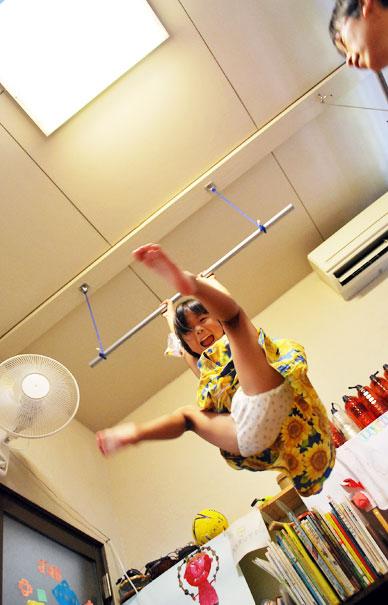 おっとー(父)が、てつぼう作ってくれたよ~!天井からぶら下がる鉄棒は、 床上2メートル...(-_-;)ムーン
