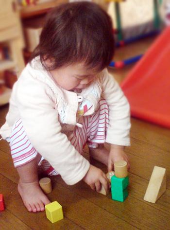 1歳半ころ、積み木がすてきな友達に♪ ひとつ積んでは、みてみて^^! もうひとつ積んでは、みてみてみて^^!!