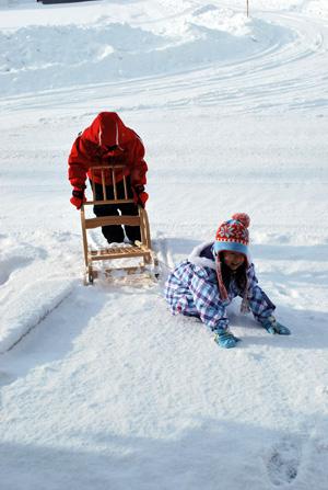 雪の道路もいい遊び場になります^^