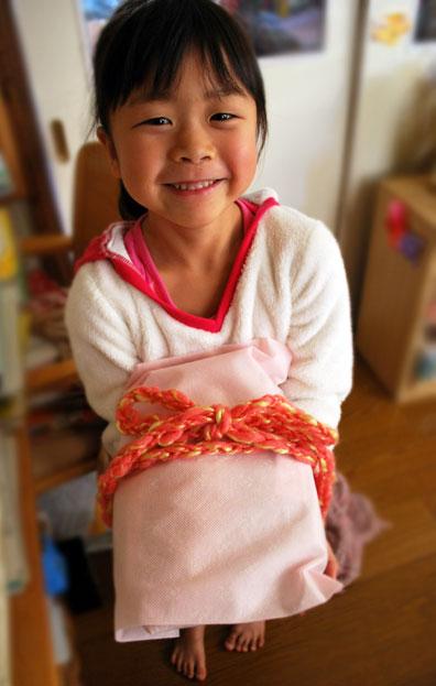 きれいに包んだら、「ゆび編み」の毛糸のリボンで  ちょうちょ結び(^^♪