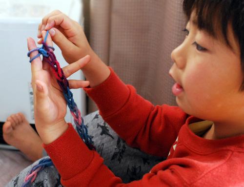 指編みは、4歳さんくらいからかな^^リリアンや織り機は、5歳さんくらいからかな^^