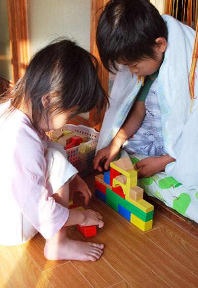 積み木、ブロック、ビーズ、粘土...。  子どもが働きかけることで、  いろんな形に変わって イメージを豊かに広げることができる  こんな素材のおもちゃは  子どもたちの育ちにとって、とっても大切です^^