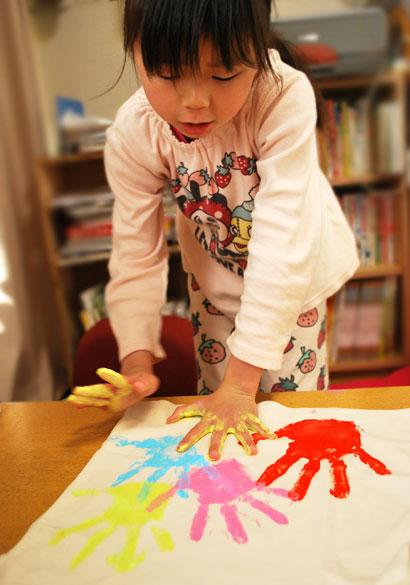 フィンガーペイント絵の具で、手形をおす^^