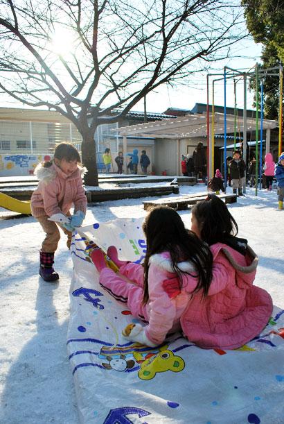 雪遊びの子どもたち^^