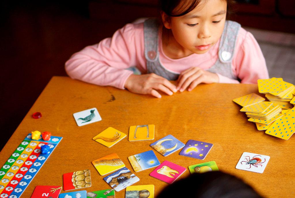 子どもの育ちにアナログゲームを 写真はゲーム「ぶたはとべるの?」