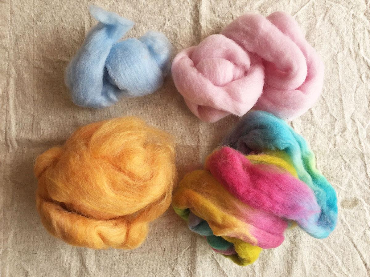 かばんねこで、羊毛ボールで色と光のサンキャッチャー