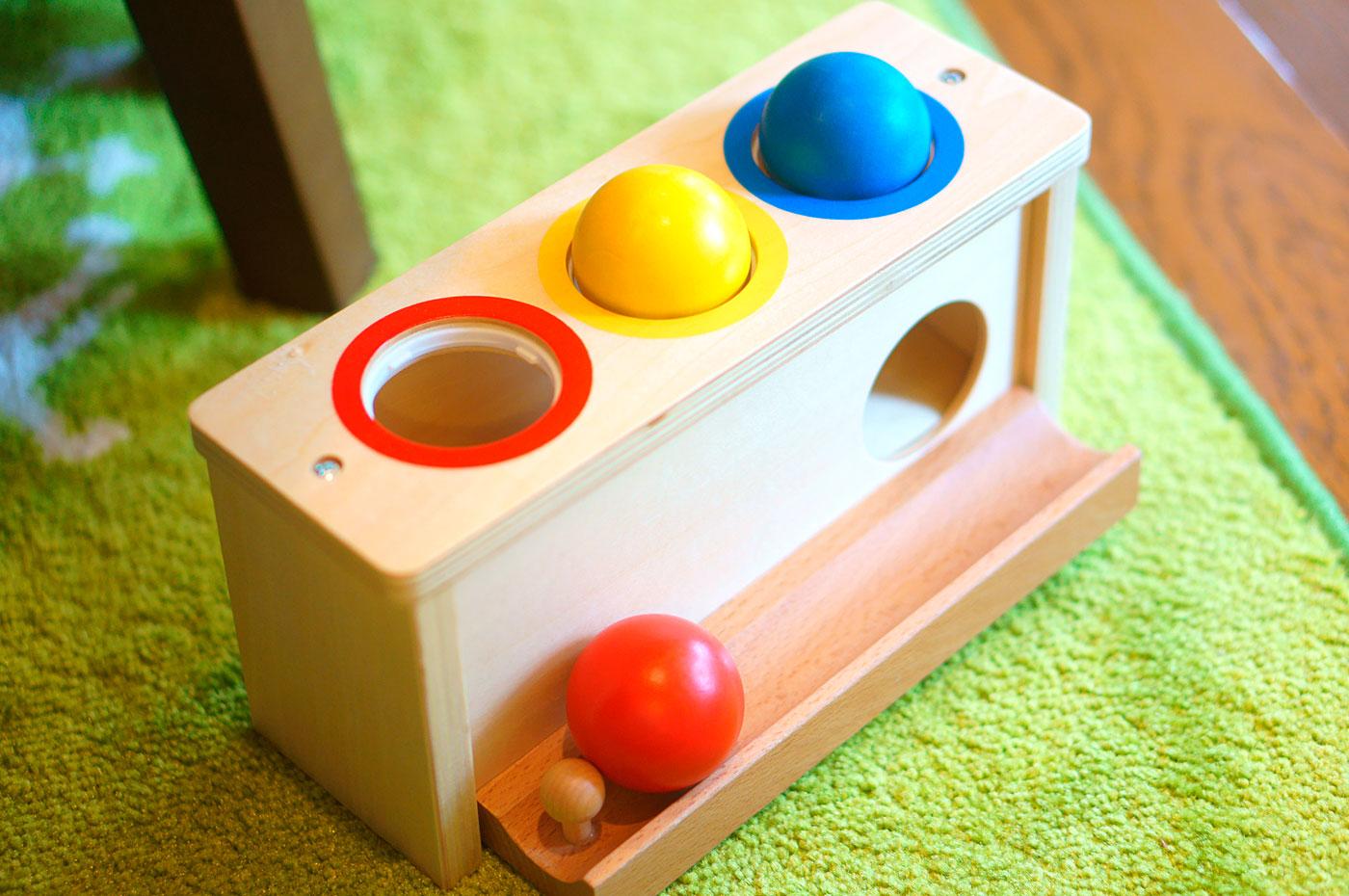 1歳半ころ、ハンマーという「道具」をつかう木のおもちゃ パロ