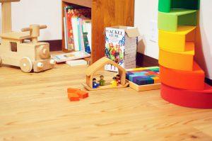 おうちの積み木と家族の人形