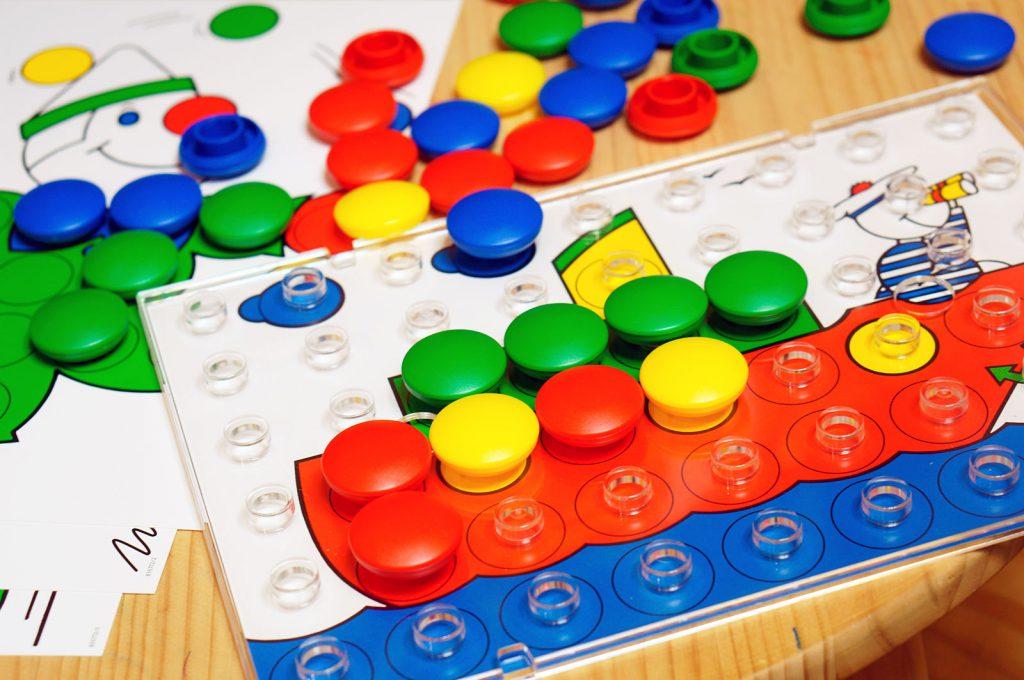 ボタンをはめるようにして遊ぶペグ遊び、ジュニア・カラリノ