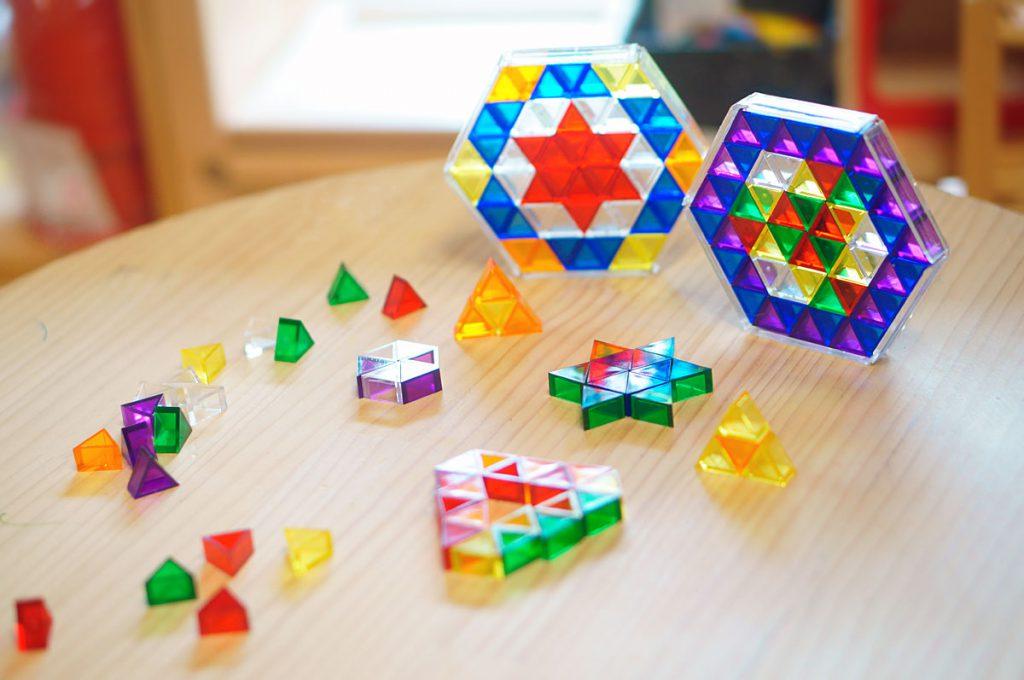透明パーツの構成おもちゃ。いろんな色の三角を並べて模様を作ります。