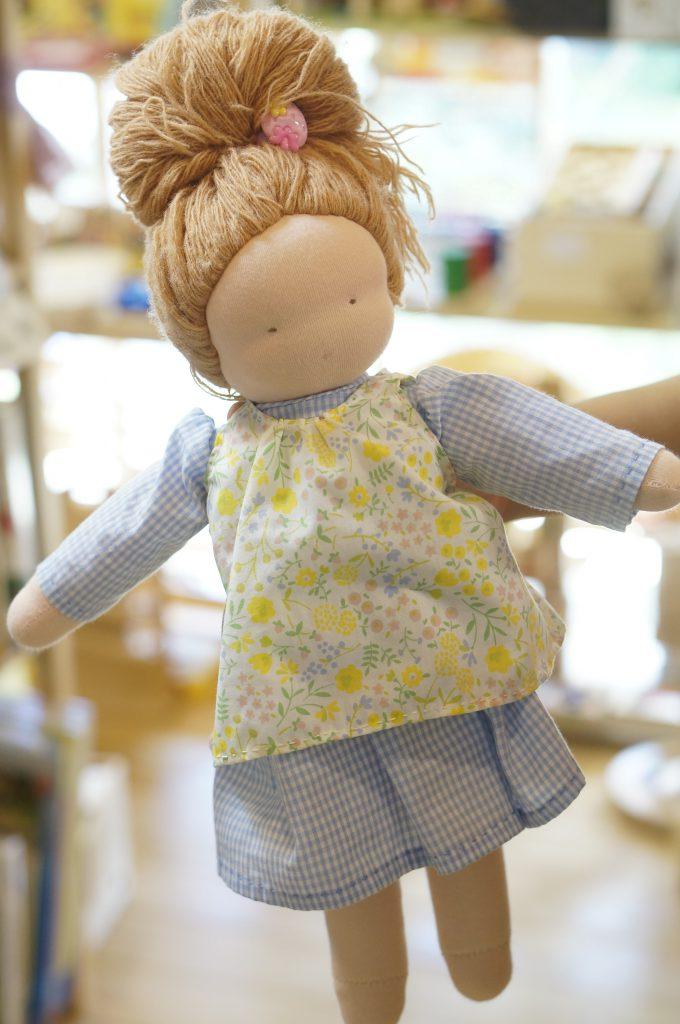 ウォルドルフ人形作り、前の参加者さんのお人形