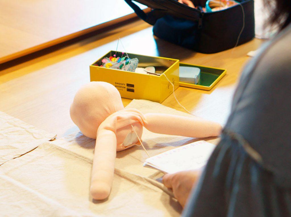 ウォルドルフ人形作り講座でお人形に腕をつける