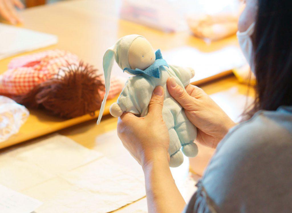 ウォルドルフ人形作り講座でお人形を抱く