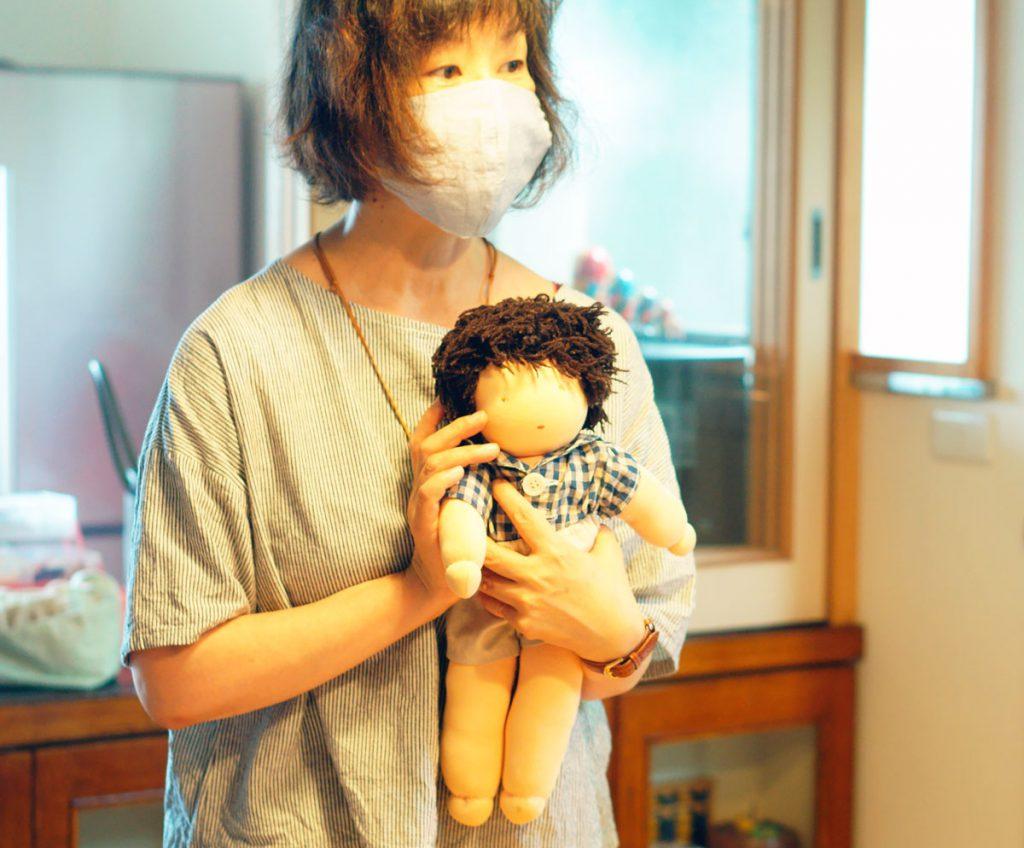 ウォルドルフ人形作り講座でできあがりのお人形を抱く