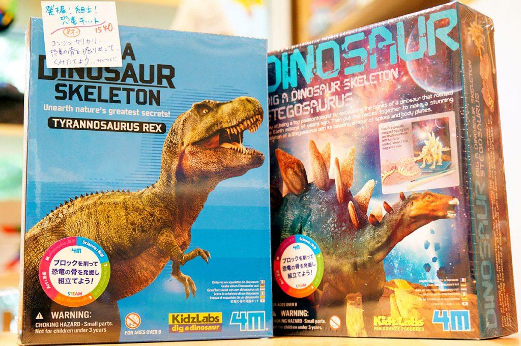 恐竜発掘キットも夢中の味方